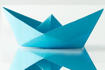 Una barchetta di carta di colore blu che simboleggia le personalizzazioni dei prodotti
